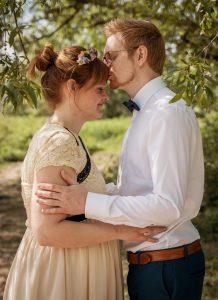 Hochzeitsfotograf Duisburg Brautpaar ist verliebt umarmt sich